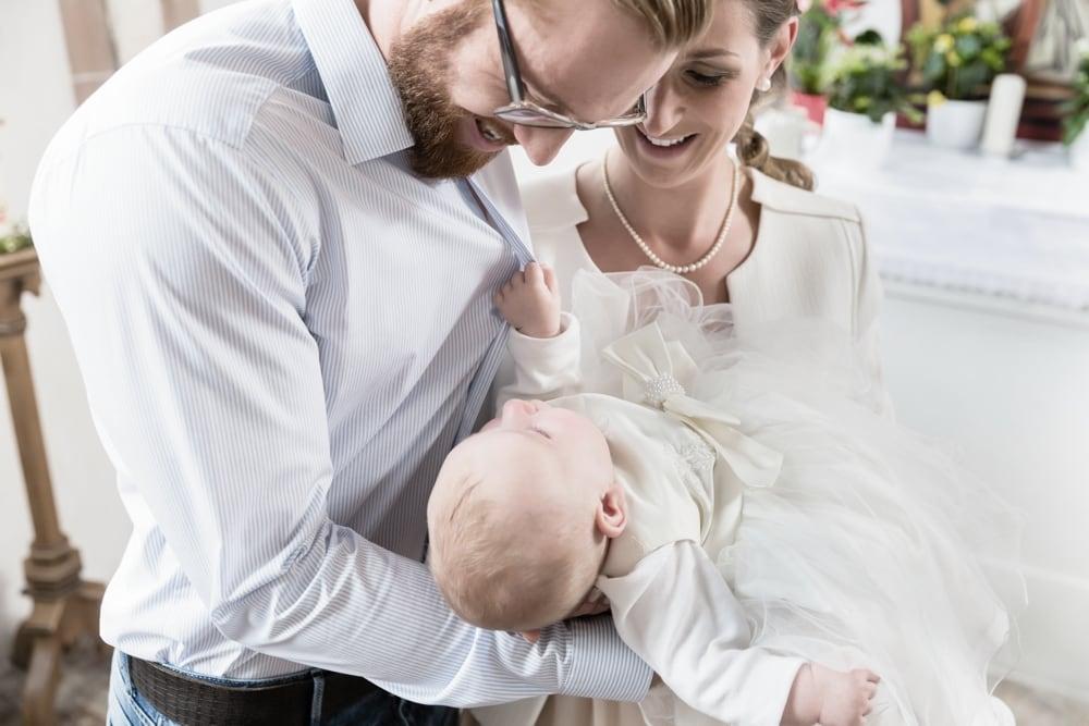 Taufkind im Arm von Papa