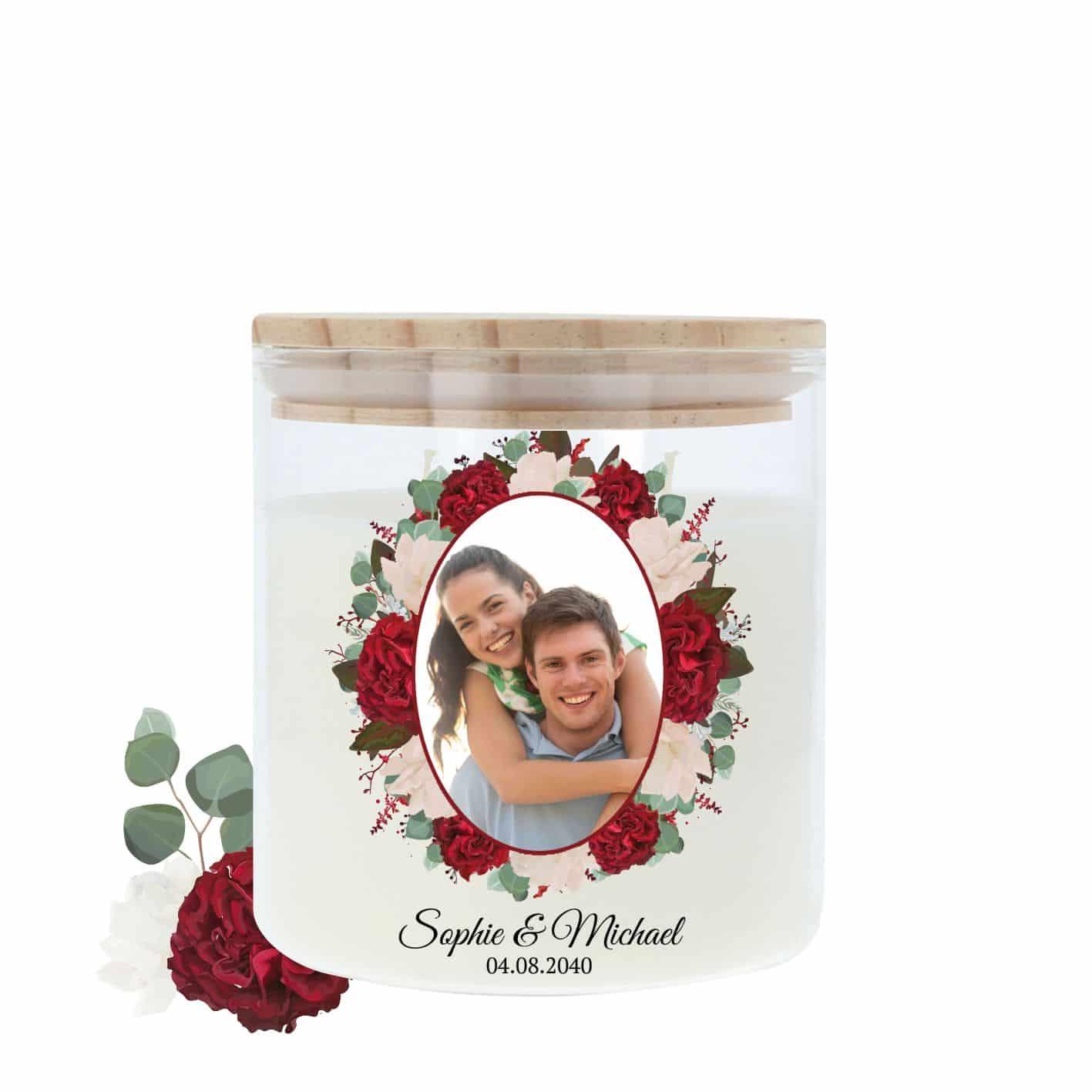 Hochzeitskerze im Glas mit hellem Holzdeckel und einer Rosenumrahmung