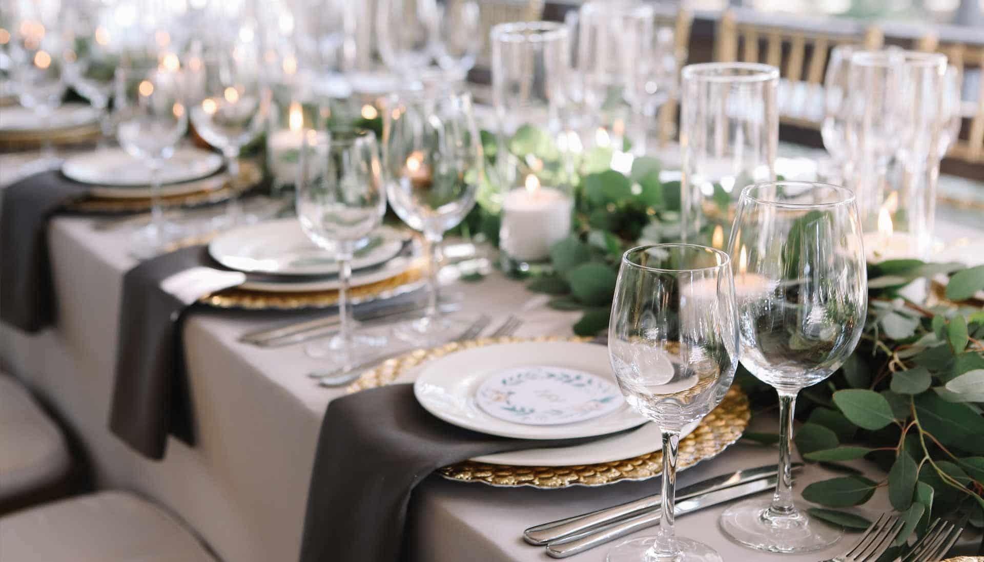 Hochzeitstisch mit eleganter Dekoration