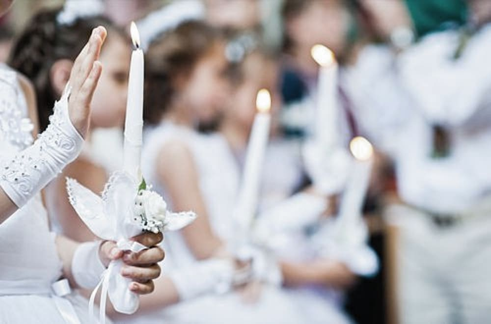 Kommunionkinder mit Kerze