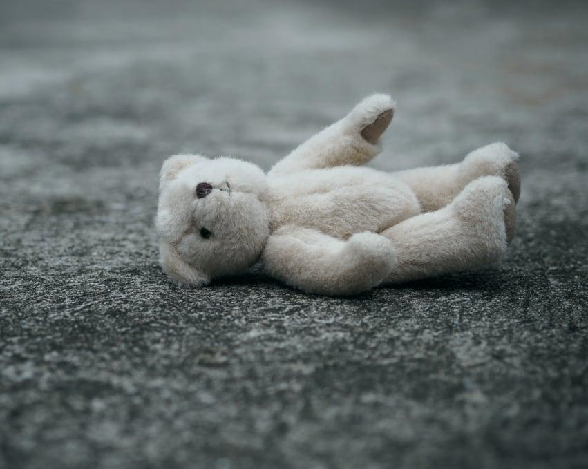 Teddybär am Asphalt