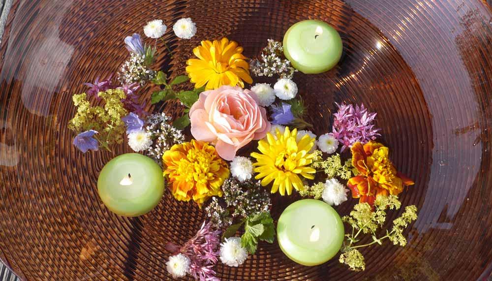 Schwimmkerzen mit bunten Blumen