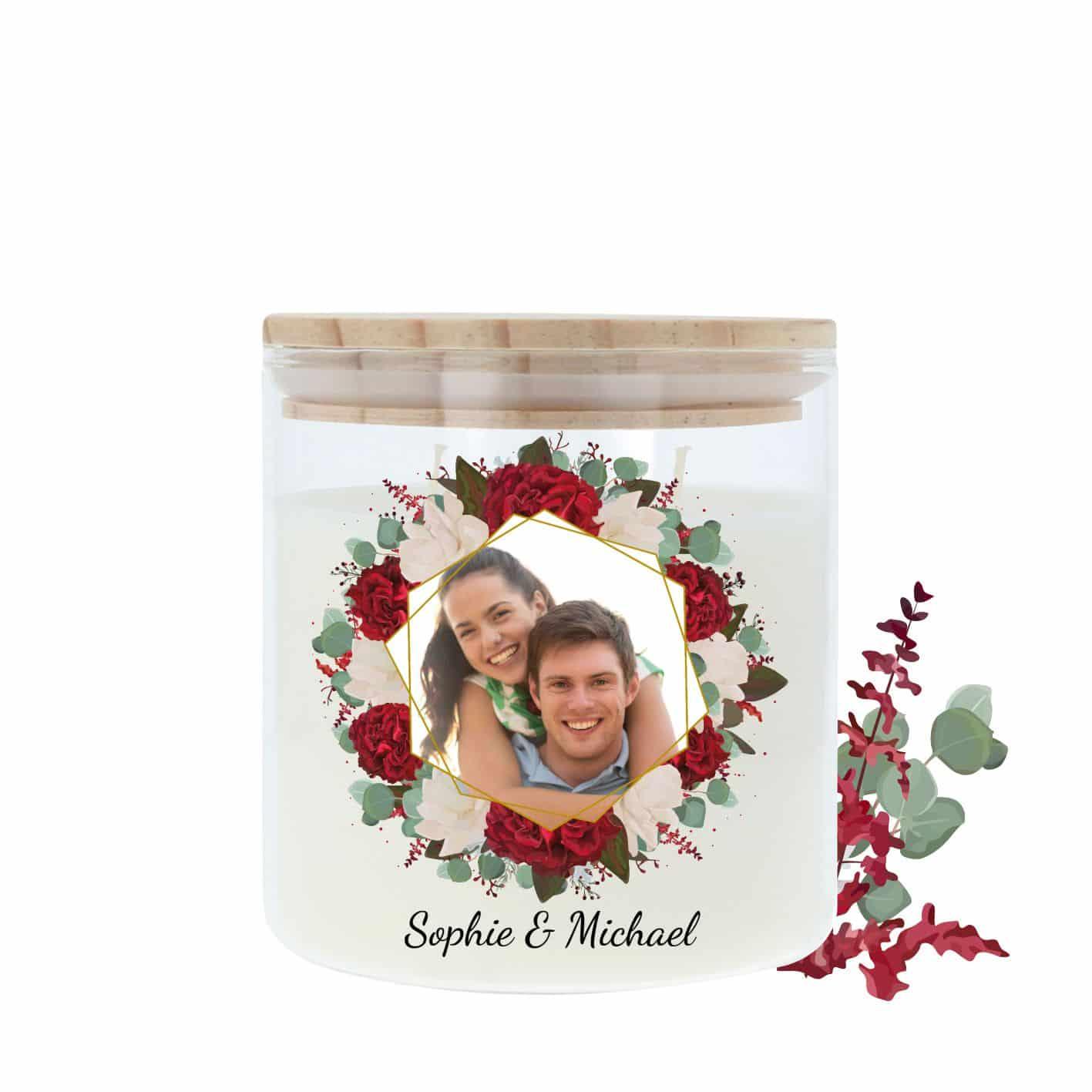 Hochzeitskerze im Glas mit Holzdeckel und einer Umrandung aus Rosen